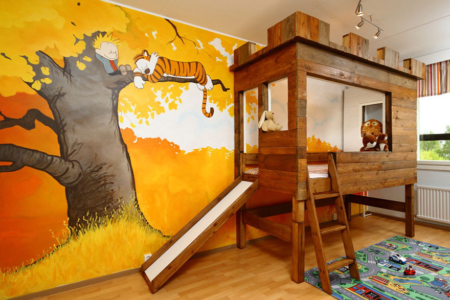 Dětský pokoj s malbou a dřevěnou postelí se skluzavkou