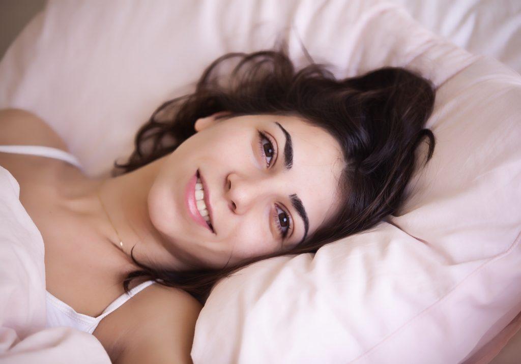 Probouzející se žena s úsměvem