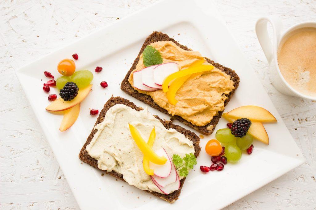 Chleby s pomazánkou z humusu a s ovocem