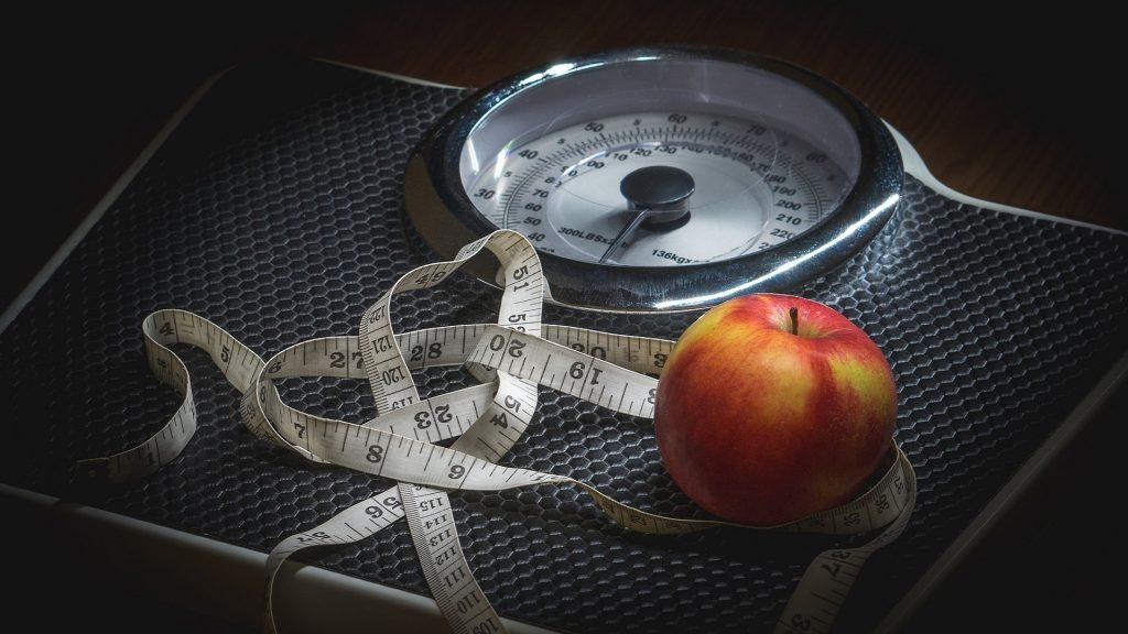 Na váze metr a jablko