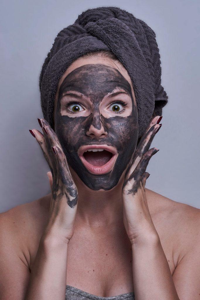 Žena a pleťovou maskou