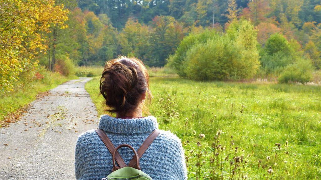 Žena v přírodě - alergie