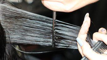 Stříhání vlasů svépomocí: Jak si zkrátit konečky?