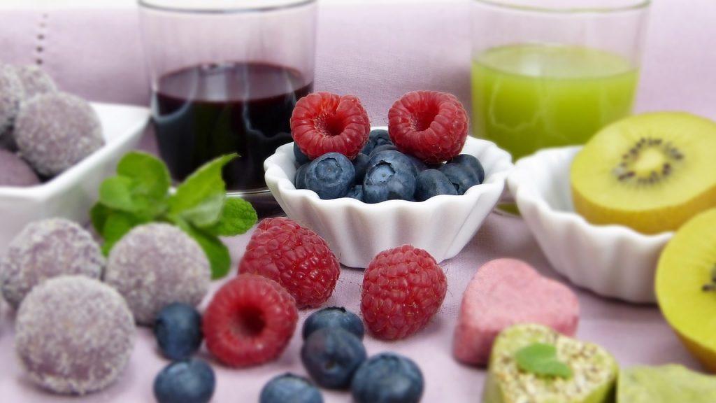 Ovoce, sladkosti, ovocná šťáva