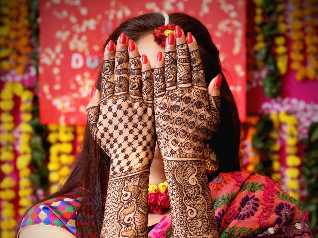 Žena s henna tetováním